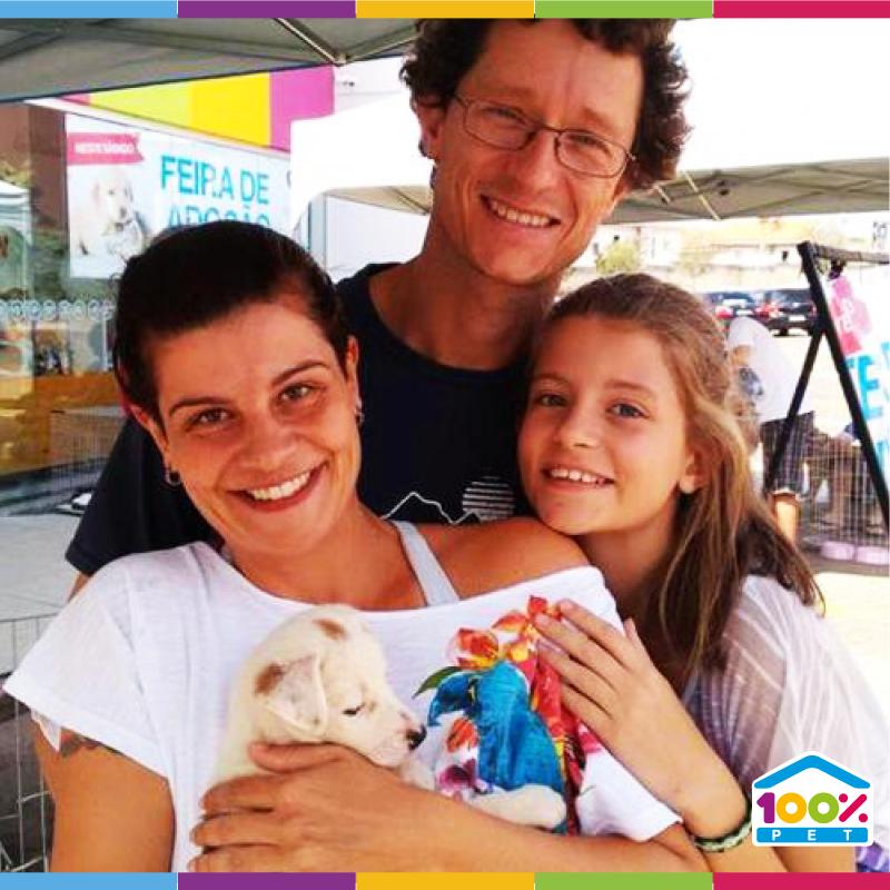 Família adotando cãozinho - feira de adoção 100% Pet